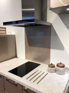 Fond de hotte verre émaillé blanc 700x600 mm - Verre trempé 6 mm avec kit de fixation - Saint-Gobain Verrerie Aurys